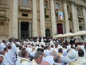 Msza Święta dziękczynna sprawowana 2 maja pod przewodnictwem sekretarza stanu kard. Tarcisio Bertone zgromadziła ok. 150 tysięcy pielgrzymów.